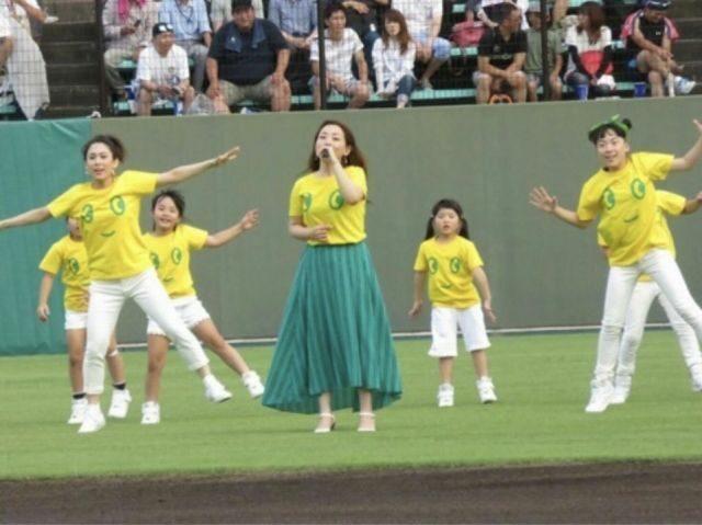 長良川球場でしんぶんのうたを歌う佐藤梓さん